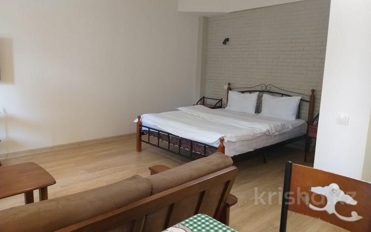 1-комнатная квартира, 56 м², 1/4 этаж посуточно, Жарокова 171 — Жандосова за 10 000 〒 в Алматы