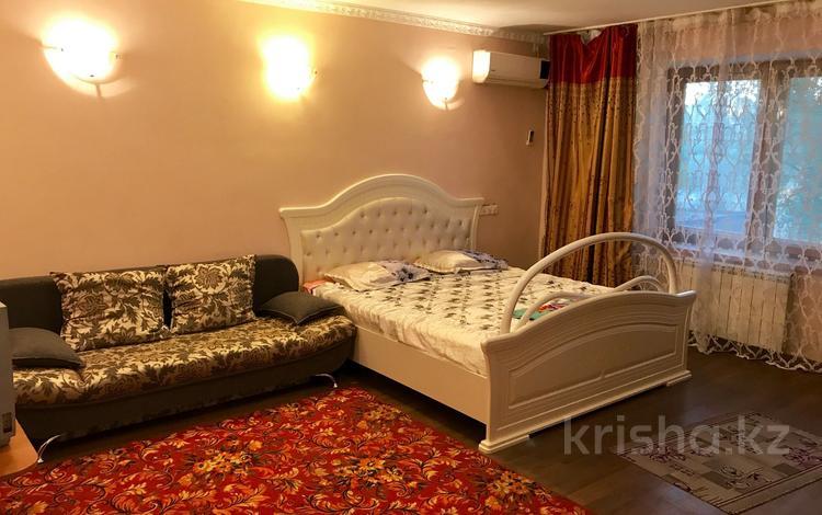 1-комнатная квартира, 47 м², 1/5 этаж посуточно, Есет батыра 97 за 2 500 〒 в Актобе, мкр 5