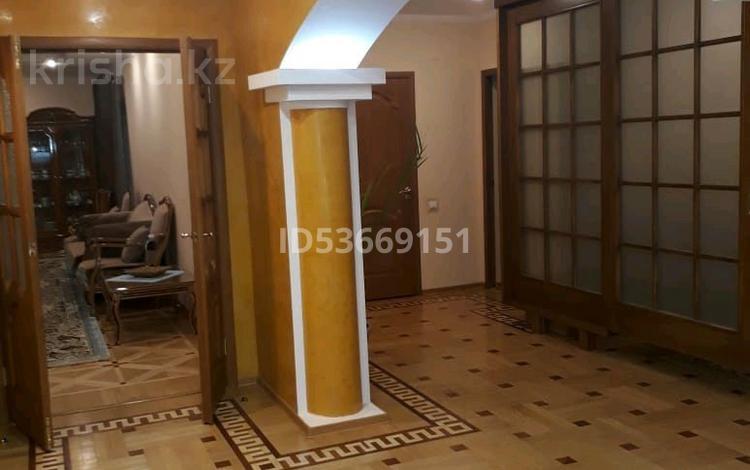 4-комнатная квартира, 153 м², 2/4 этаж, Есет батыра за 40 млн 〒 в Актобе