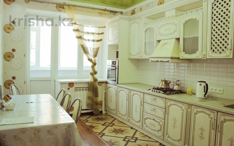 3-комнатная квартира, 93 м², 5/10 эт. посуточно, Сактагана Баишева 7Ак4 — Молдогулова за 16 000 ₸ в Актобе, мкр. Батыс-2