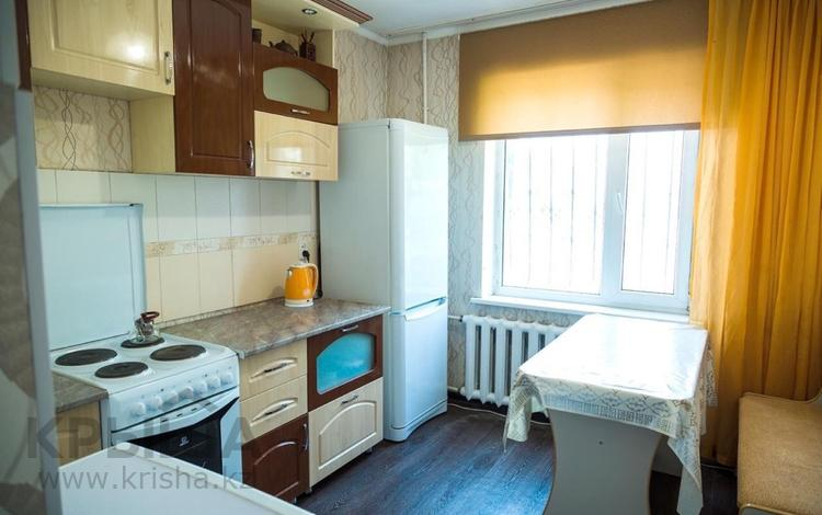 1-комнатная квартира, 50 м², 1/5 этаж посуточно, Таттимбета 10 — Шахтеров за 7 000 〒 в Караганде, Казыбек би р-н