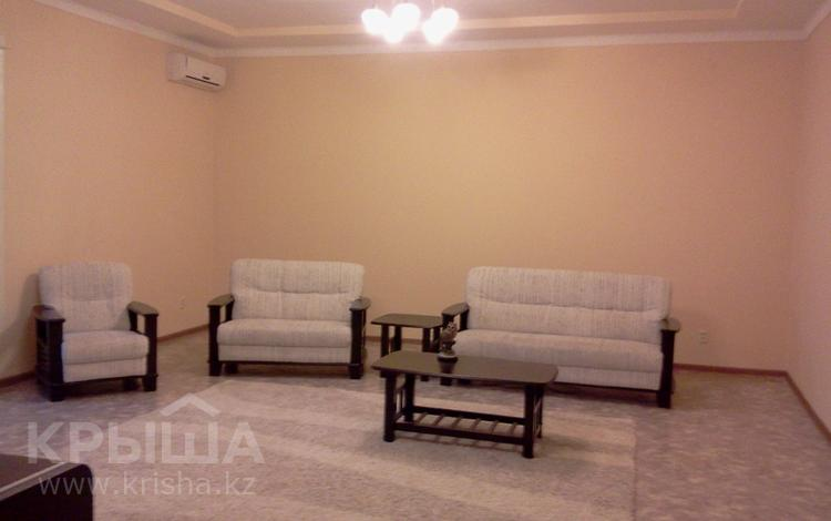 4-комнатная квартира, 200 м², 2/5 этаж помесячно, Жубанова 3 за 180 000 〒 в Актобе, мкр 11