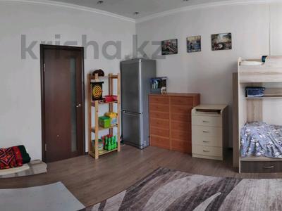 3-комнатная квартира, 81 м², 2/2 этаж, Ленина 68 за 18 млн 〒 в Караганде, Казыбек би р-н — фото 3