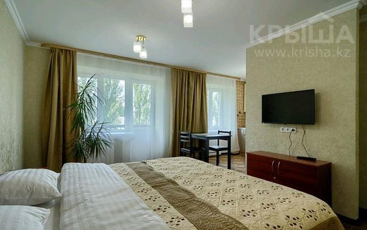 1-комнатная квартира, 35 м², 3/9 этаж посуточно, Нуркена Абдирова — Гоголя Бухар жырау за 6 000 〒 в Караганде, Казыбек би р-н