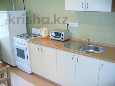 1-комнатная квартира, 38 м², 4/4 этаж посуточно, Бухар жырау 74 за 4 500 〒 в Караганде, Казыбек би р-н — фото 2