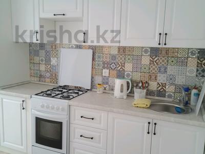 1-комнатная квартира, 45 м², 1/5 этаж посуточно, Мустафа Шокая за 5 000 〒 в Актобе, мкр. Батыс-2 — фото 3