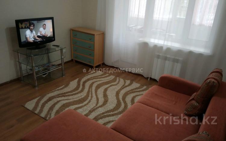 3-комнатная квартира, 100 м², 2/5 этаж посуточно, Молдагуловой 56д/1 за 13 000 〒 в Актобе, мкр. Батыс-2