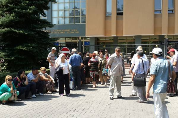 Новости: Пикетчики осаждают Нацбанк в Алматы