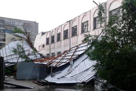 Новости: В Семее ветер валил деревья и рвал провода (фото)