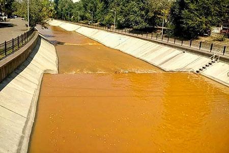 Новости: Алматинцев напугала оранжевая вода в реке