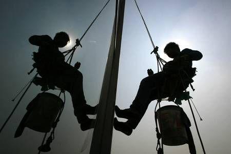 Новости: В Алматы ежегодно гибнут 5 мойщиков небоскрёбов