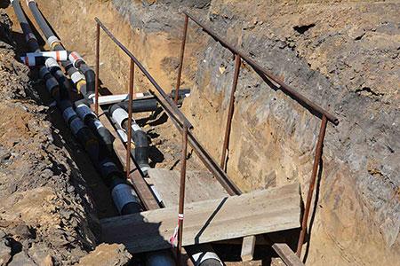 Новости: В яму, выкопанную рабочими, упала старушка