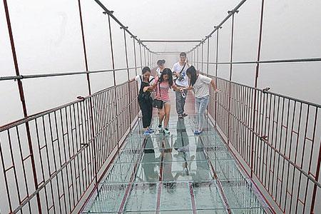 Новости: Уникальный стеклянный мост треснул под ногами туристов