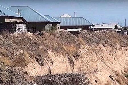 Новости: Дома близ Шымкента могут провалиться в карьер