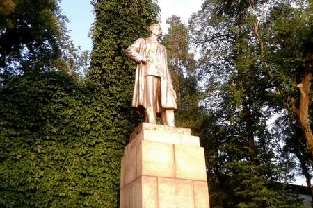 Новости: В Алматы переставили памятник Максиму Горькому