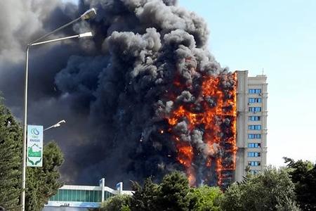Новости: В Баку сгорела многоэтажка (фото, видео)
