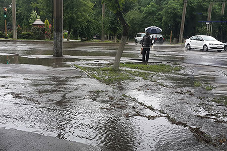Новости: Улицы Алматы превратились в бурные реки (фото)