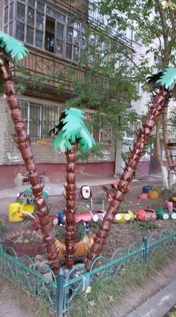 Новости: Столичный двор украсили поделками из мусора (фото)