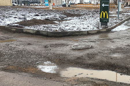 Новости: Вокруг «Макдональдса» в Астане растаял асфальт