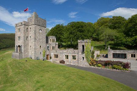 Новости: В Великобритании выставили на продажу замок с огнедышащим драконом