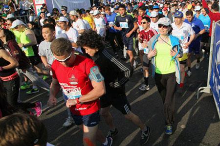 Новости: Спортсмены бегут, машины стоят
