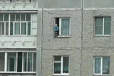 Новости: Ребёнок чудом невыпал изокна многоэтажки