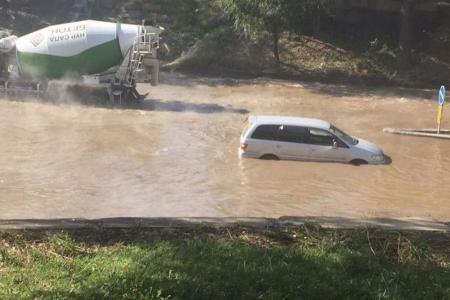 Новости: ВАлматы прорвало трубу: пострадало три автомобиля