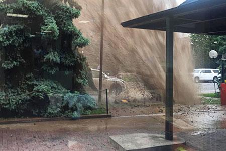 Новости: Столб воды в Алматы поднялся до пятого этажа