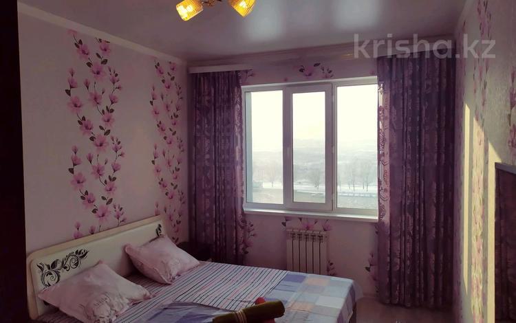 1-комнатная квартира, 56 м², 6/6 этаж посуточно, мкр Кокжиек, Первомайская 31 за 8 000 〒 в Алматы, Жетысуский р-н