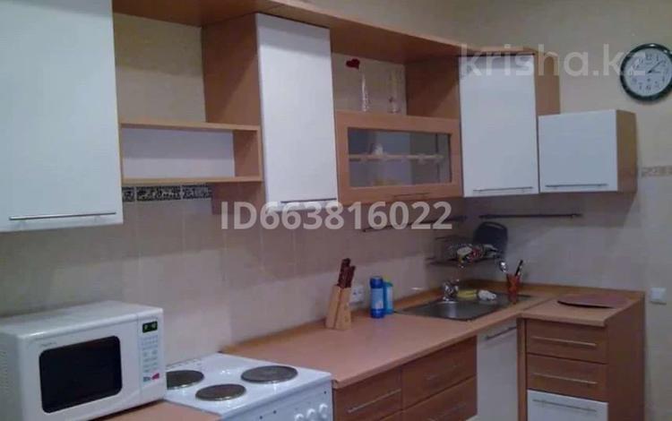 1-комнатная квартира, 61 м², 3/10 этаж посуточно, Сауран 2 — Достык за 5 000 〒 в Нур-Султане (Астана), Есиль р-н