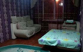 1-комнатная квартира, 49 м², 1/9 этаж посуточно, мкр. Алмагуль, Алмагуль за 6 000 〒 в Атырау, мкр. Алмагуль
