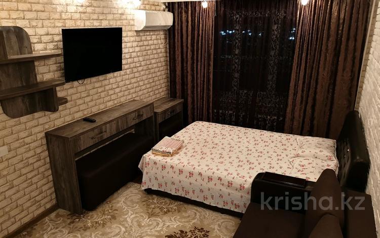 1-комнатная квартира, 30 м², 2/4 этаж посуточно, проспект Тауке хана 4 — Момышулы за 10 000 〒 в Шымкенте, Аль-Фарабийский р-н
