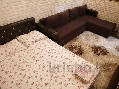 1-комнатная квартира, 30 м², 2/4 этаж посуточно, проспект Тауке хана 4 — Момышулы за 10 000 〒 в Шымкенте, Аль-Фарабийский р-н — фото 3