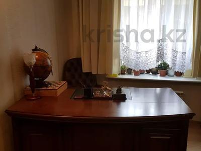6-комнатный дом, 284 м², 6 сот., Переулок Цветочный 9 за 128.5 млн 〒 в Караганде, Казыбек би р-н