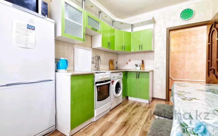 2-комнатная квартира, 65 м², 8/12 этаж посуточно, Сауран 3/1 — Сыганак за 11 000 〒 в Нур-Султане (Астана), Есиль р-н