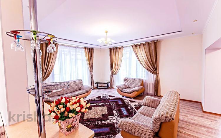 3-комнатная квартира, 140 м², 4/10 этаж посуточно, Кабанбай батыра 34/1 — Нур-Жолы за 20 000 〒 в Нур-Султане (Астана), Есиль р-н