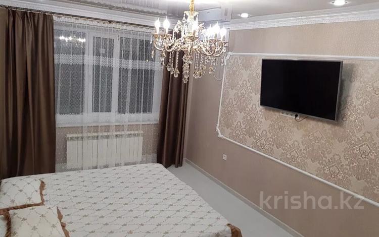 1-комнатная квартира, 50 м², 3/5 этаж посуточно, Батыс-2 5 — Санкибай батыра за 10 000 〒 в Актобе, мкр. Батыс-2