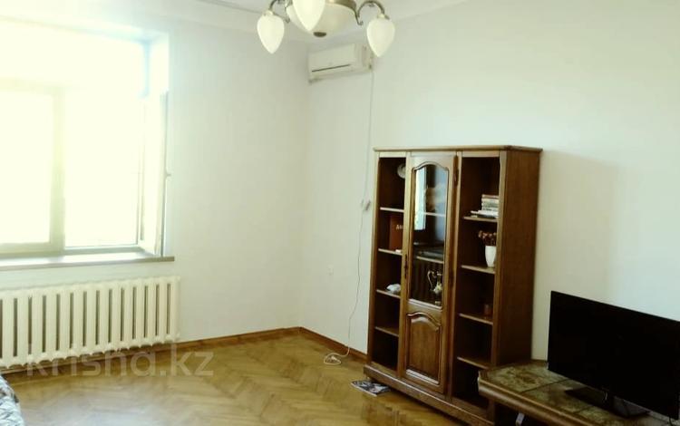 2-комнатная квартира, 60 м², 3/3 этаж, проспект Абылай Хана — Жамбыла за 35 млн 〒 в Алматы, Алмалинский р-н