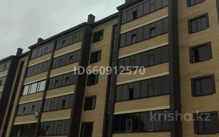 2-комнатная квартира, 61 м², 2/6 этаж, мкр Строитель 37/1 за 13.5 млн 〒 в Уральске, мкр Строитель