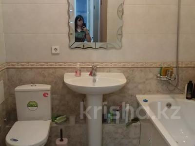 2-комнатная квартира, 54 м², 10/14 этаж помесячно, мкр Акбулак за 120 000 〒 в Алматы, Алатауский р-н — фото 6