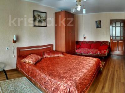 1-комнатная квартира, 31 м², 2/5 этаж посуточно, Азаттык 99а за 7 000 〒 в Атырау — фото 2