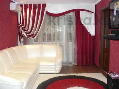 1-комнатная квартира, 50 м², 3/5 этаж посуточно, Бухар жырау 76 — Ермекова за 8 500 〒 в Караганде, Казыбек би р-н