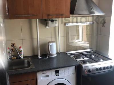 1-комнатная квартира, 36 м², 3/5 этаж посуточно, Бухар-Жырау 72 за 4 000 〒 в Караганде, Казыбек би р-н — фото 3