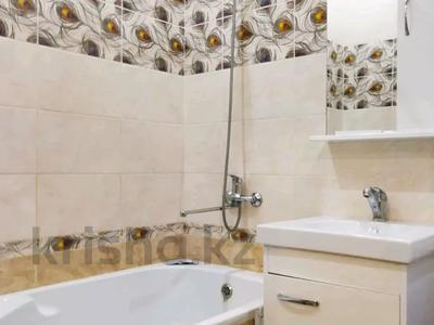 3-комнатная квартира, 120 м², 3/10 этаж посуточно, проспект Санкибай Батыра 40к3 — проспект Алии Молдагуловой за 12 000 〒 в Актобе, мкр. Батыс-2 — фото 16