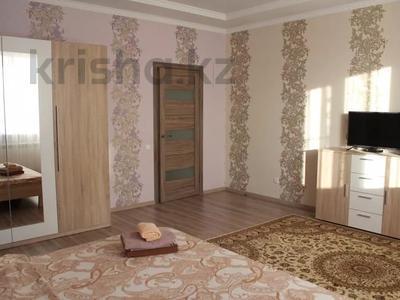 3-комнатная квартира, 120 м², 3/10 этаж посуточно, проспект Санкибай Батыра 40к3 — проспект Алии Молдагуловой за 12 000 〒 в Актобе, мкр. Батыс-2 — фото 2