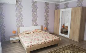 3-комнатная квартира, 120 м², 3/10 этаж посуточно, проспект Санкибай Батыра 40к3 — проспект Алии Молдагуловой за 16 000 〒 в Актобе, мкр. Батыс-2