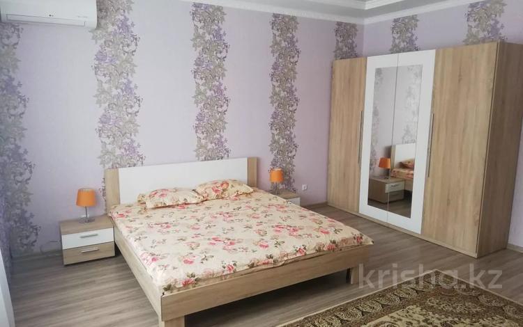 3-комнатная квартира, 120 м², 3/10 этаж посуточно, проспект Санкибай Батыра 40к3 — проспект Алии Молдагуловой за 12 000 〒 в Актобе, мкр. Батыс-2