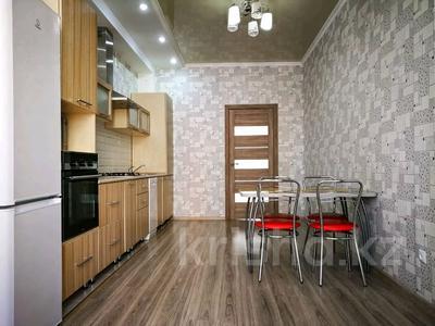 3-комнатная квартира, 120 м², 3/10 этаж посуточно, проспект Санкибай Батыра 40к3 — проспект Алии Молдагуловой за 12 000 〒 в Актобе, мкр. Батыс-2 — фото 3