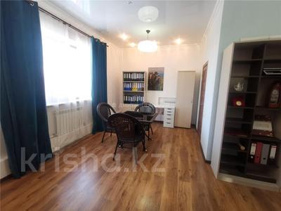 8-комнатный дом, 350 м², 10 сот., мкр Кунгей , Батыра Баяна 72 за 50 млн 〒 в Караганде, Казыбек би р-н