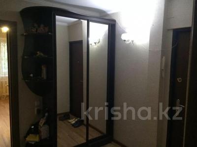 3-комнатная квартира, 63 м², 1/5 этаж помесячно, Муканова за 115 000 〒 в Караганде, Казыбек би р-н — фото 3